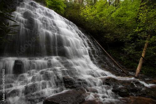 Dramatic lighting on beautiful waterfall in the upstate region of South Carolina Fototapet