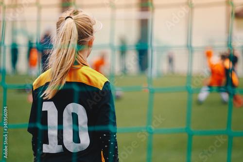Fotomural Soccer girl playing game as a goalie
