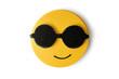 Żółte emotikony wyrażające emocje na białym tle