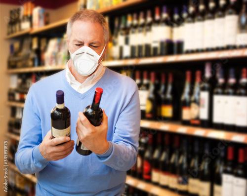 Obraz na plátně Man choosing wine