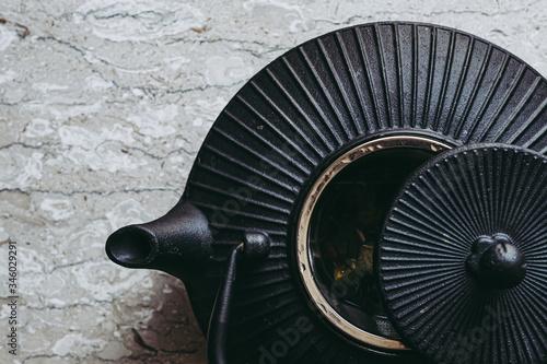 Fototapeta Théière en fonte noire sur un fond marbré gris obraz na płótnie