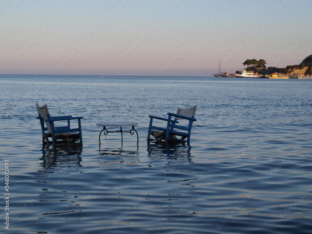 Fototapeta romantyczne krzesła w wodzie