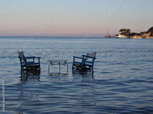 romantyczne krzesła w wodzie Fototapeta