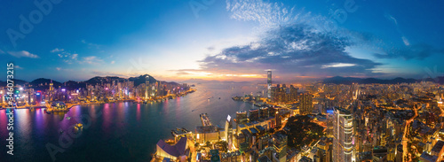 Photo Aerial view of the Victoria Harbour, Hong Kong, at Twilight time