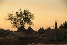 Tradycyjne Chaty Afrykańskie Starego Plemienia Na Tle Wieczornego Nieba