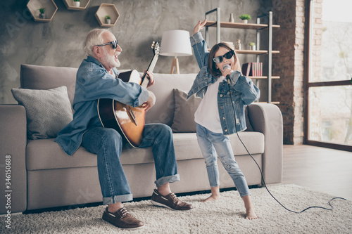 Fotografia Photo of two people grandpa play guitar little granddaughter mic singing rejoici