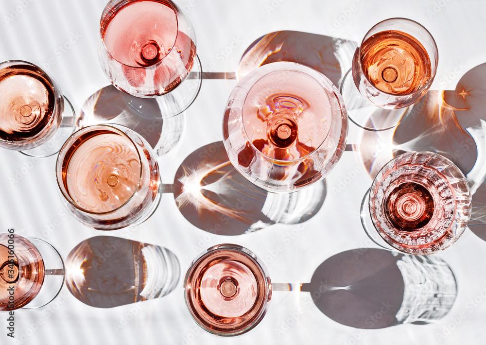 Fototapeta verschieden Gläser gefüllt mit Roséwein isoliert auf weiß