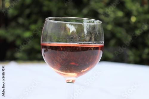 Verre de vin rosé dans un verre ballon transparent sur une nappe blanche - Dépar Wallpaper Mural