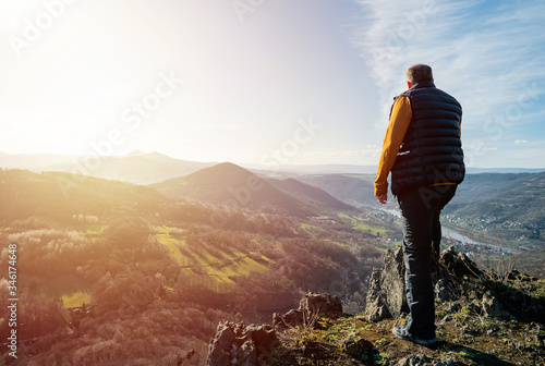 Photo Happy old man just reaches the top of hill