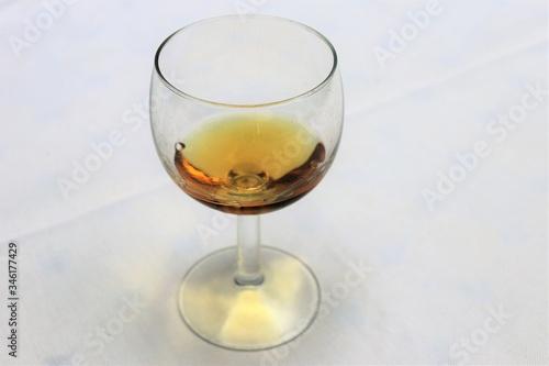 Pastis sans eau dans un verre transparent sur une nappe blanche - Département du Canvas Print