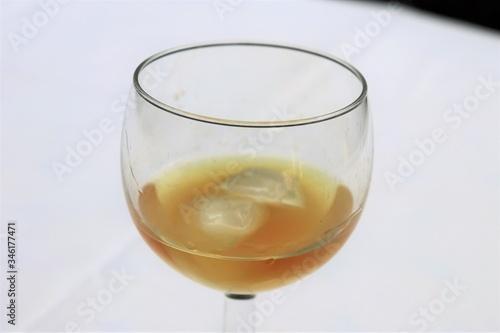 Photo Pastis sans eau dans un verre transparent sur une nappe blanche - Département du
