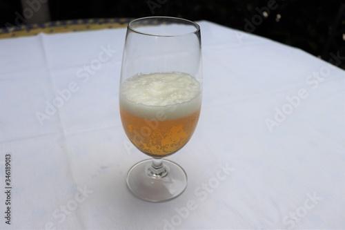 Photo Verre de bière blonde sur une nappe blanche - Département du Rhône - France