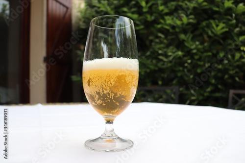 Verre de bière blonde sur une nappe blanche - Département du Rhône - France Canvas Print