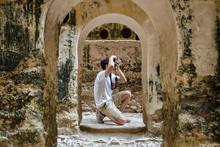 Joven Fotografo En Una Casa En...