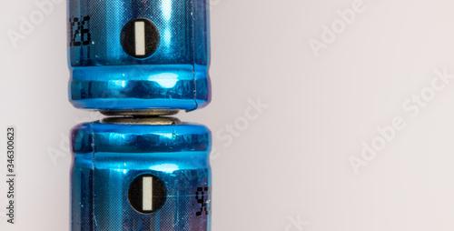 Fotografia Close up de pilhas com polos negativos conectados