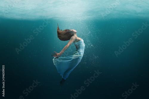 Stampa su Tela Dancer underwater in a state of peaceful levitation