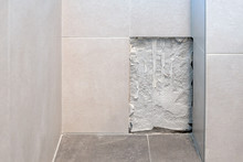 Austausch Einer Defekten Wandfliese Im Badezimmer- Fliesenlegerhandwerk