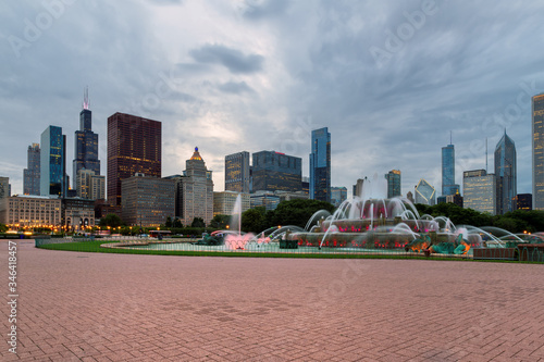 Canvas Print Buckingham fountain and Chicago downtown at sunset,  Chicago, Illinois, USA