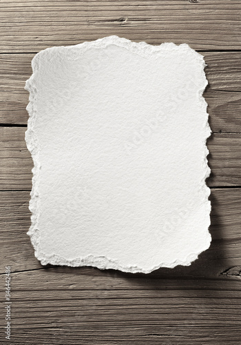 Fotografering blank white note paper on wooden wall