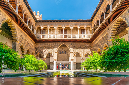 Photo Moorish architecture of beautiful castle called Real Alcazar in Seville, Spain