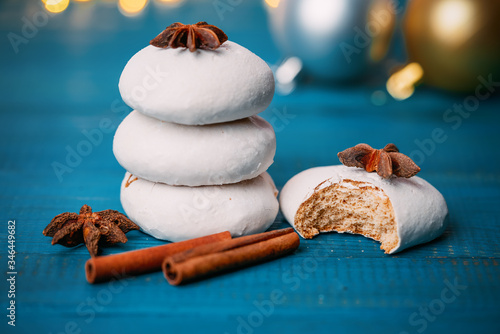 Photo Gingerbread cookies, anise and cinnamon on wooden background