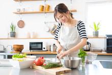 キッチンで料理を作...