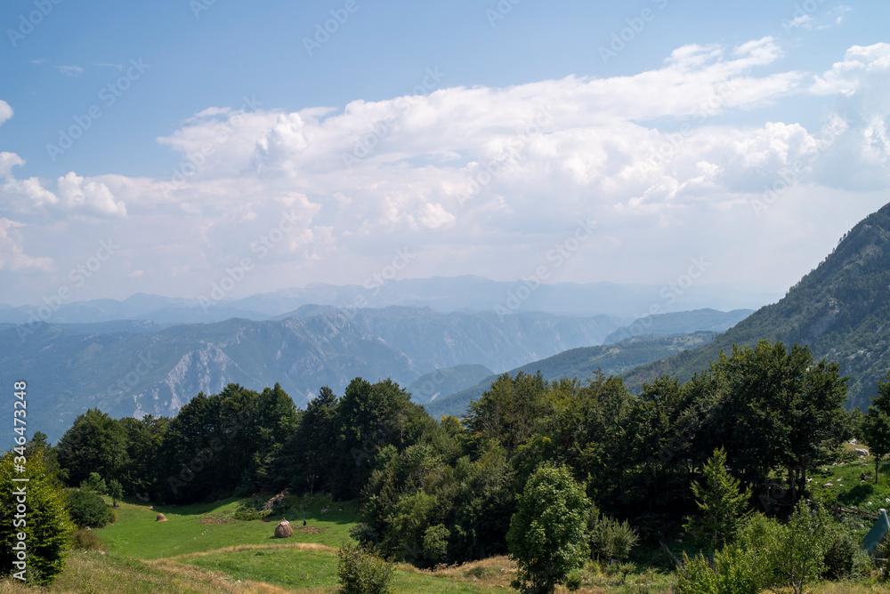 Fototapeta Piękny krajobraz górski z okolic stolicy Czarnogóry. Piękne błękitne niebo z białymi chmurami.