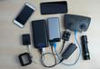 Powerbank-Ladegerät für Action-Kamera, Controller, Telefon, Akku, fotografiert über dem Tisch.