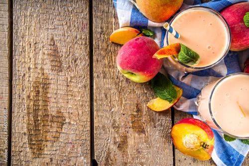 Photo Summer breakfast drink, fresh blended peach smoothie, peach yogurt with nectarin