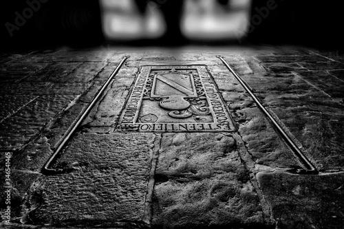 Fotografie, Obraz Piso de piedra medieval de iglesia con incrustaciones