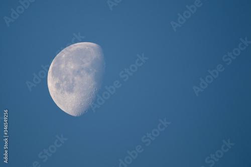 Photo luna sobre cielo azul