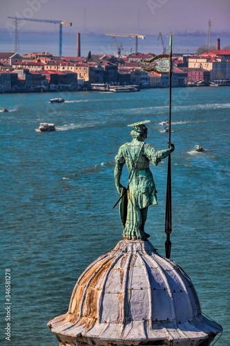 Foto venedig, italien - statue auf der kuppel von san giorgio maggiore