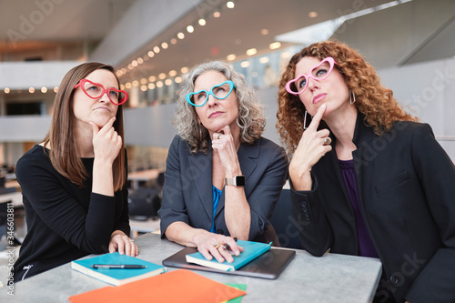Photo three women brainstorming at a business meeting