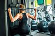 Kobieta trenująca na siłowni, mięśnie pleców.
