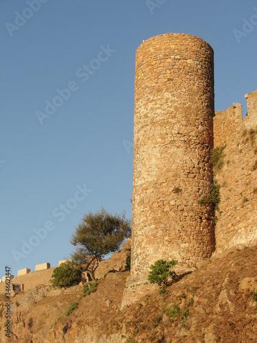 Photo Antiguo torreón en la muralla de un antiguo castillo medieval sobre un acantilad