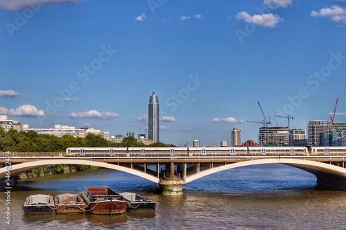 Obraz na plátně Grosvenor Bridge Over Thames River Against Sky