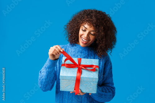 Curious and happy, smiling african-american woman, b-day girl in winter sweater, Canvas-taulu