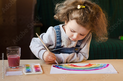 Fotomural happy little girl paints a rainbow