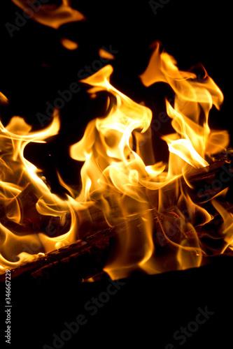 Lodernde Flammen in einer Feuerschale