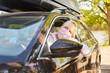 Seniorin mit Mundschutz beim Auto fahren für Coronavirus Hausbesuch