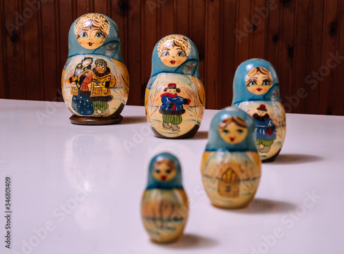 Photo a set of babushka / matryoshka dolls perspective preferentially placed on the gl