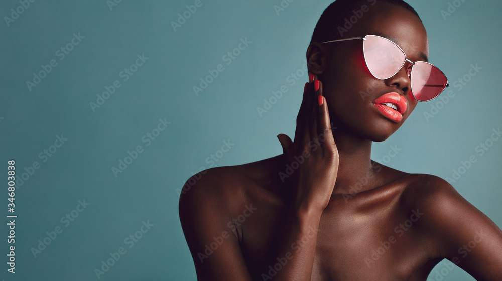 Fototapeta African female model with trendy sunglasses