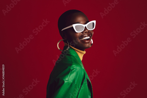 Obraz Beautiful woman wearing stylish sunglasses - fototapety do salonu