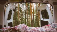 Vistas De Bosque Desde El Portón Trasero De Una Furgoneta Camper