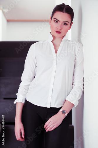 Portrait beauté d'une jeune brune en chemise blanche chez elle Wallpaper Mural