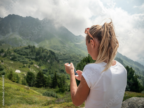 Photo Woman on mountain trail using mobile phone internet connection