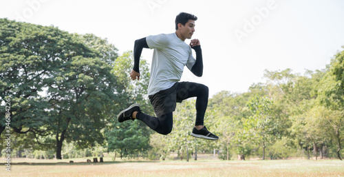 Photo Young handsome sport man jumping training outdoors healthy lifestyle and sport concept