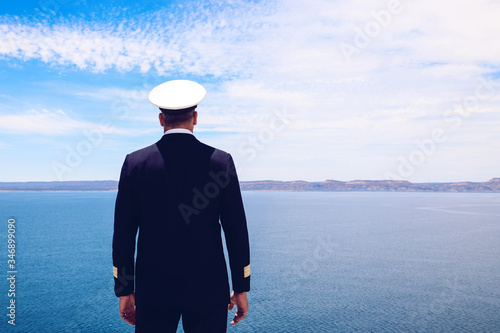 Obraz na plátne Strong posture of a captain looking at the sea and faraway land on the horizon
