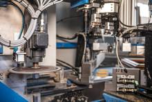 Dettaglio Di Un Impianto Industriale Con Dischi Rotanti Per Tagliare Metallo E Vetro