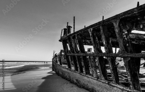 Photo Abandoned Shipwreck On Shore At Beach Against Sky